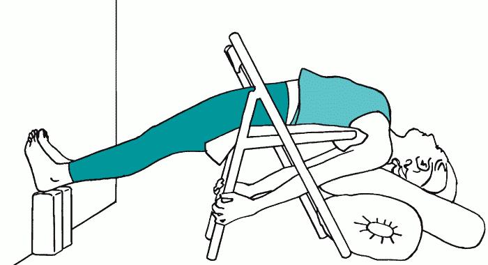 Рис.19Б. ПОЗА ПЕРЕВЕРНУТОГО ПОСОХА СО СТУЛОМ С ОПОРОЙ ДЛЯ НОГ И ГОЛОВЫ (c. 66)
